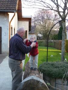 05 AVRIL Gabin teste son équilibre avec Papi
