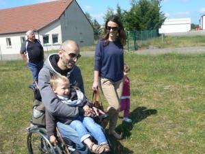 05 MAI On doit choisir entre poussette et fauteuil Gabin choisi le fauteuil à moteur  avec chauffeur !!!trop cool!!bon ben nous du coup on va prendre une poussette !!!