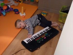 12 DECEMBRE Grâce à la musiqothérapie Gabin ose toucher les instruments maintenant!