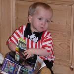 2011 fev petit pirate s'interrese aux livres