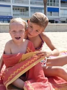 07 un petit tour au soleil pour faire le plein de vitamine D avec Lylou sa copine de 9 ans comme lui. - Copie