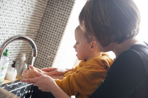 fevier Gabin se lave les mains
