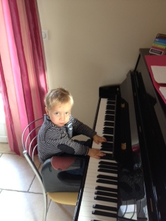 gabin aime la musique au piano-001.JPG