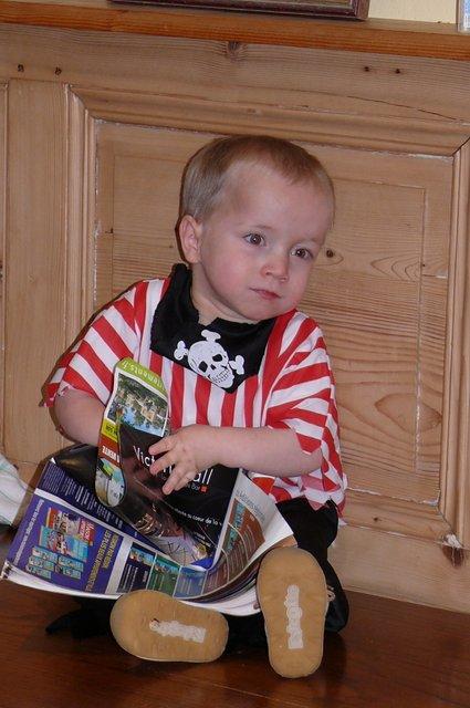 2011 fev petit pirate s'interrese aux livres-001.JPG