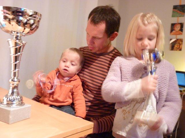 2011 gabin admire sa médaille gagné à une compétition handisport à laquelle il a participé avec ses copains de la cliss-001.JPG