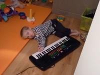 12 DECEMBRE Grâce à la musiqothérapie Gabin ose toucher les instruments maintenant!.JPG